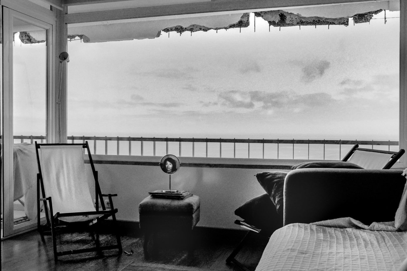 Autoportrait au miroir près de la chaise vide, Sesimbra, 2015 © Céline Gaille