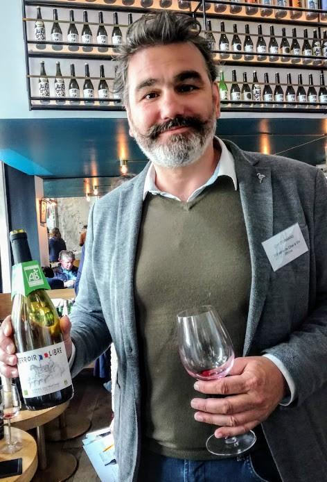 Carl Coignard, fondateur d'Innowine et son Côtes-du-Rhône Terroir Libre 2018, bio et sans soufre ajouté. Photo © François Collombet.jpg