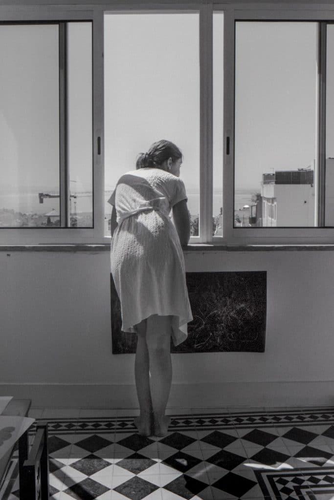 Photo Joana dans sa robe de chambre à sa fenêtre © Céline Gaille, article de Pierre d'Ornano, Aeternus