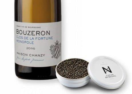 Photo d'illustration d'une bouteille de vin de Bouzeron Clos de la Fortune Monopole 2016 - Maison Chanzy et d'une boite de caviar De Neuvic. Article diffusé dans la e.magazine Aeternus.fr