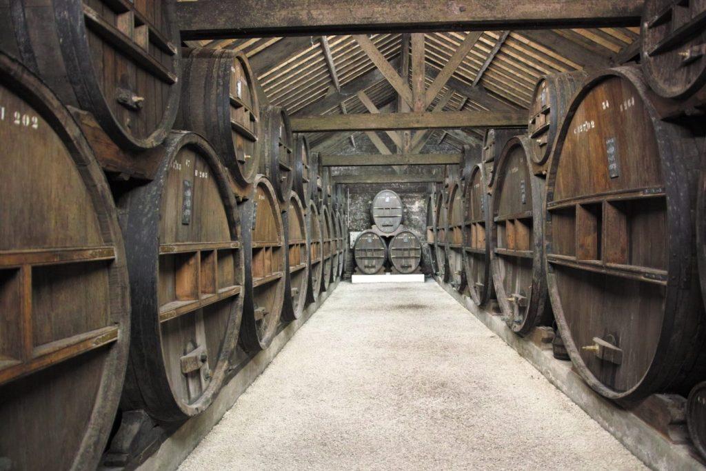 Un des Chais de vieillissement du Domaine Calvados Roger Groult. Photo © Pierre d'Ornano