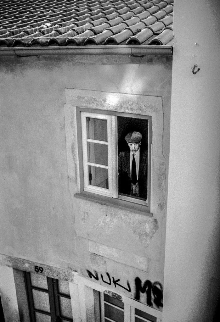 Un homme à sa fenêtre, Coimbra, Mai 2015 © Céline Gaille