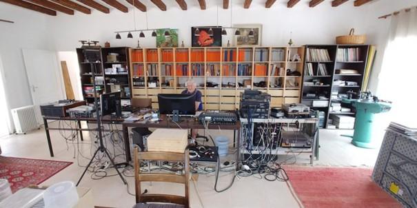Bernard Neveu, un particulier passionné et renommé à l'image des meilleurs artisans preneurs de son, dans son salon/studio. Photo © Vincent Neveu
