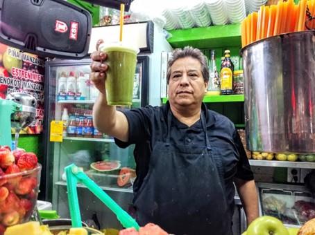 Ce juguero du marché aux fleurs de Mexico me prépare en un tour de main, un jugo verde, incroyable mélange de feuilles de nopal, de jus de pamplemousse ou d'orange, de céleri, de persil et d'ananas. Photo © François Collombet
