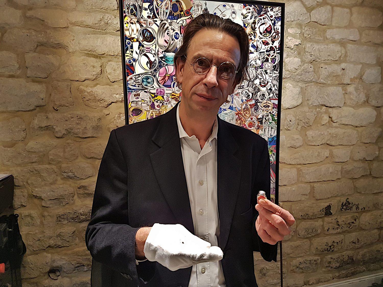 Créateur joaillier installé à Paris, Antoine Chapoutot réalise des bijoux sur-mesure. Amoureux des pierres précieuses, il en orne presque tous ses joyaux. Photo © Pierre d'Ornano Aeternus