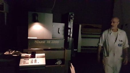 Photo de Diamantino Quintas dans une des chambres noires, dotée d'un agrandisseur Durst HL 2200. Photo © Pierre d'Ornano