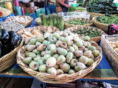 Les fruits du nopal, les tunas se récoltent de juin à octobre. Ici, au marché aux fleurs de Mexico, à Jamaica. Photo © François