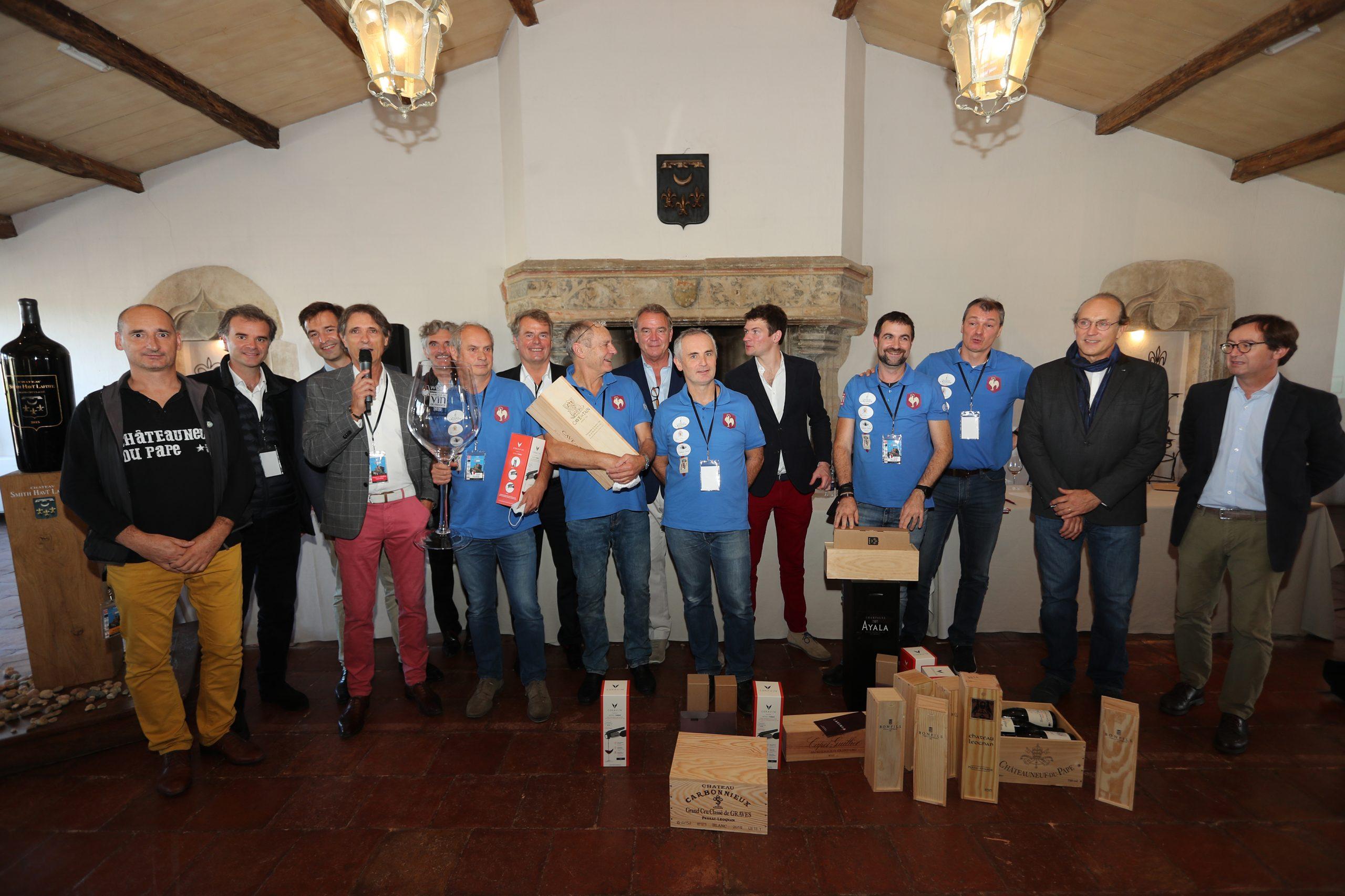 L'équipe de France (en bleu), championne du monde de dégustation à l'aveugle 2020, au Château Smith Haut-Lafitte. Photo © RVF