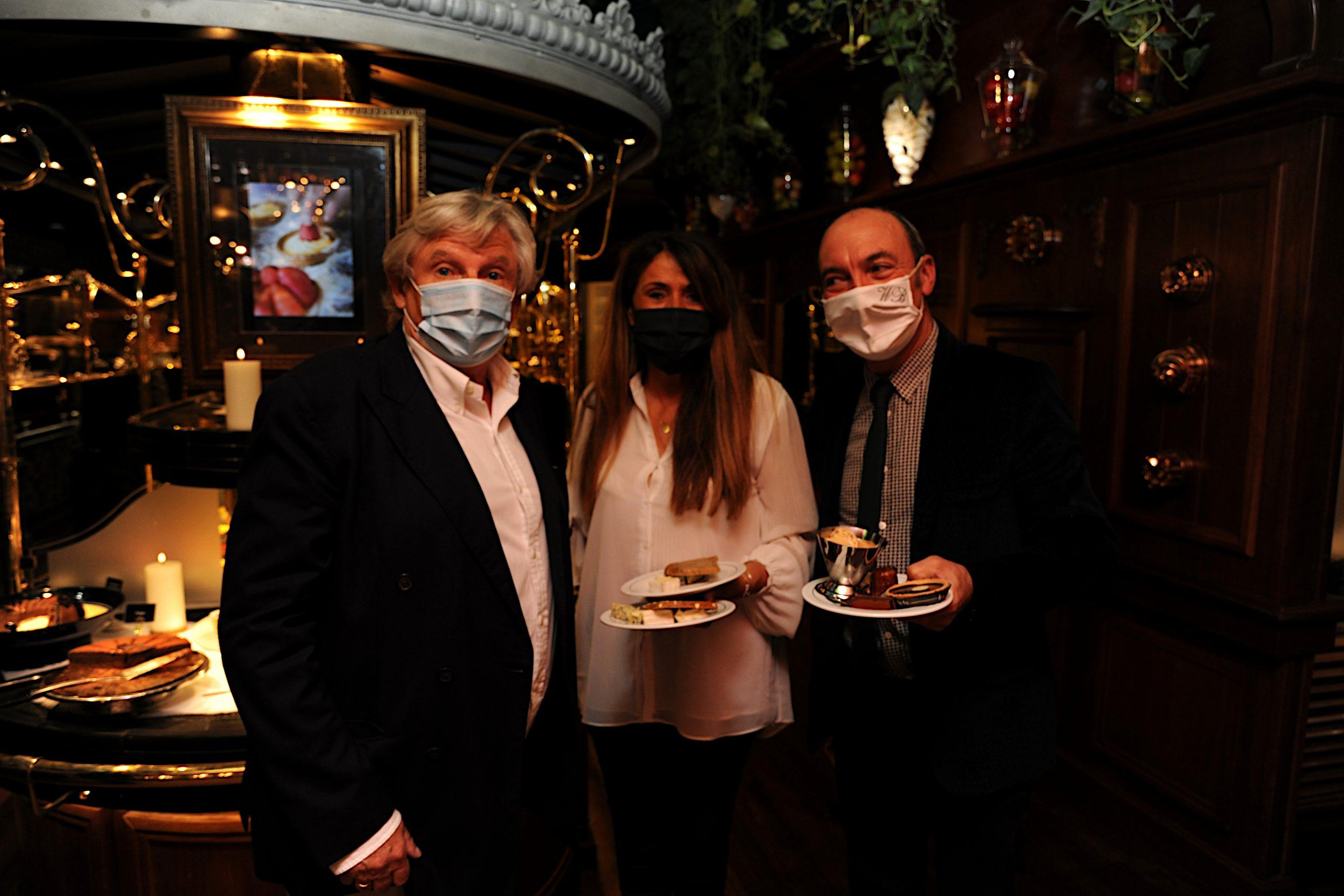 Louis Privat, à gauche, avec les premiers convives des GBN pour cette reprise des activités gustatives du restaurant. Photo © Christian Goutorbe