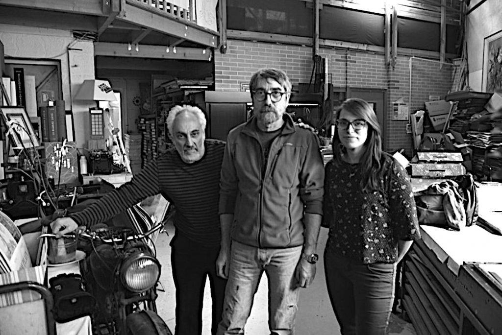 Michel Archimbaud, éditeur, avec Pascal Duriez et Céline Métayer dans l'Imprimerie d'Arts des Montquartiers. Photo © Pierre d'Ornano