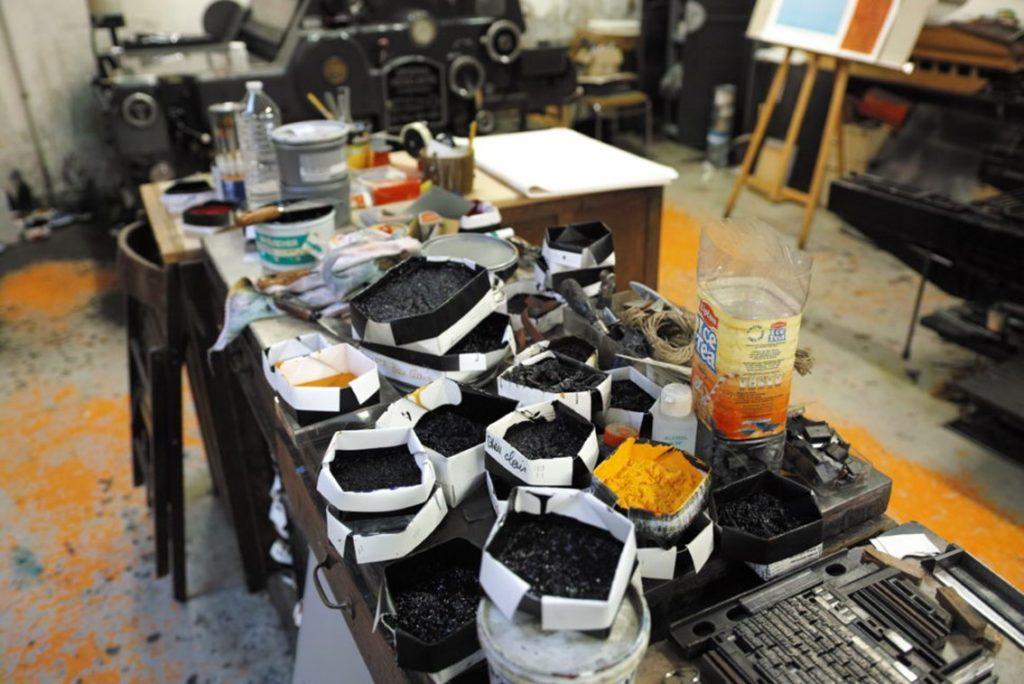 Sur cette table de la salle des machines de l'imprimerie Pascal Duriez, sont disposés, comme dans l'atelier d'un peintre, les pigments qui donneront leurs couleurs aux illustrations des livres d'art. Photo © Pierre d'Ornano