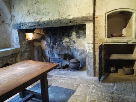 Cuisine de l'abbaye. L'aile nord du monastère était occupée par le réfectoire richement décoré de gypseries. Il n'en reste qu'une travée du XIVe siècle. Une porte communiquait avec la cuisine et le chauffoir. Photo © François Collombet
