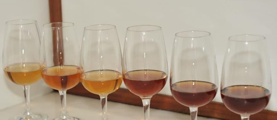 Le processus d'oxydation ménagée et le contact avec le bois des fûts donne aux vins de Madère des couleurs qui vont du jaune pâle au brun foncé, en passant le doré. © IVBAM / Christophe Macra