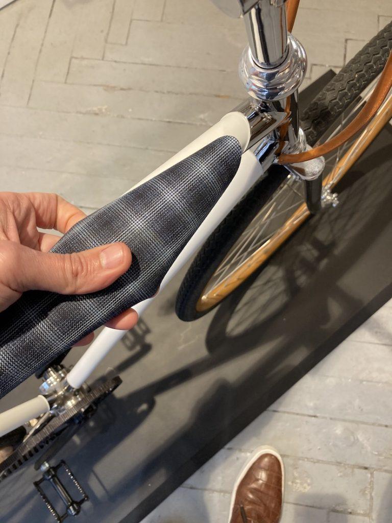Pose d'un habillage Dormeuil sur le vélo modèle Le Fauve de la Maison Tamboite. Photo © DR
