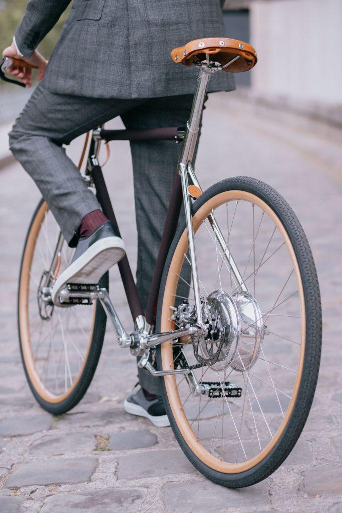 Prêt à affronter la ville à bicyclette sur un modèle performant et élégant by Dormeuil x Tamboite. Photo © Clémentine Gras