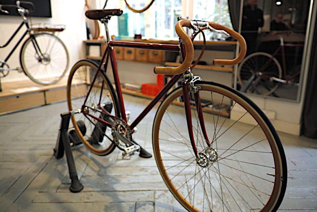 Le 'Marcel', vélo de piste monovitesse à la ligne rétro et épurée, est équipé de jantes en hêtre renforcées au carbone et de freins double pivot sur jantes. Photo © Pierre d'Ornano