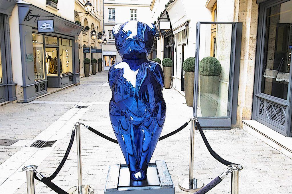 Blue Moon, de la sculptrice CÉVÉ, au Village Royal, Paris 8. Photo © Pierre d'Ornano / Aeternus.fr