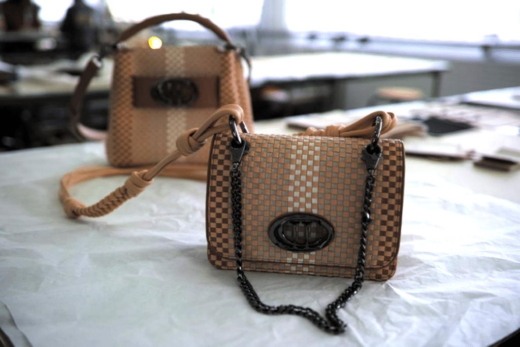 Le modèle « La Rebelle Mini ». L'atelier peut réaliser des sacs tressés ou peints, avec tous les coloris possibles. Photo © Pierre d'Ornano / Aeternus.fr