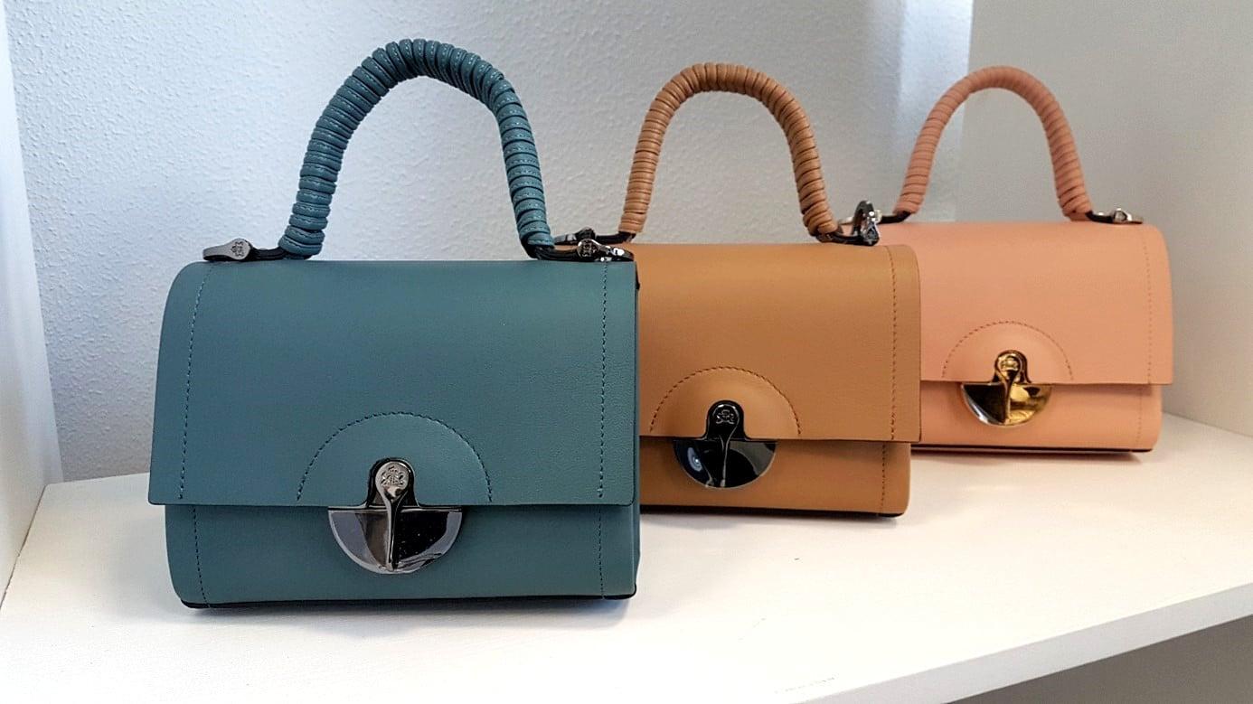 Les modèles « Secret » de Lebeau-Courally. Chaque sac est découpé dans un seul morceau de cuir. Se porte à l'épaule ou se tient en main. Photo © Pierre d'Ornano / Aeternus.fr