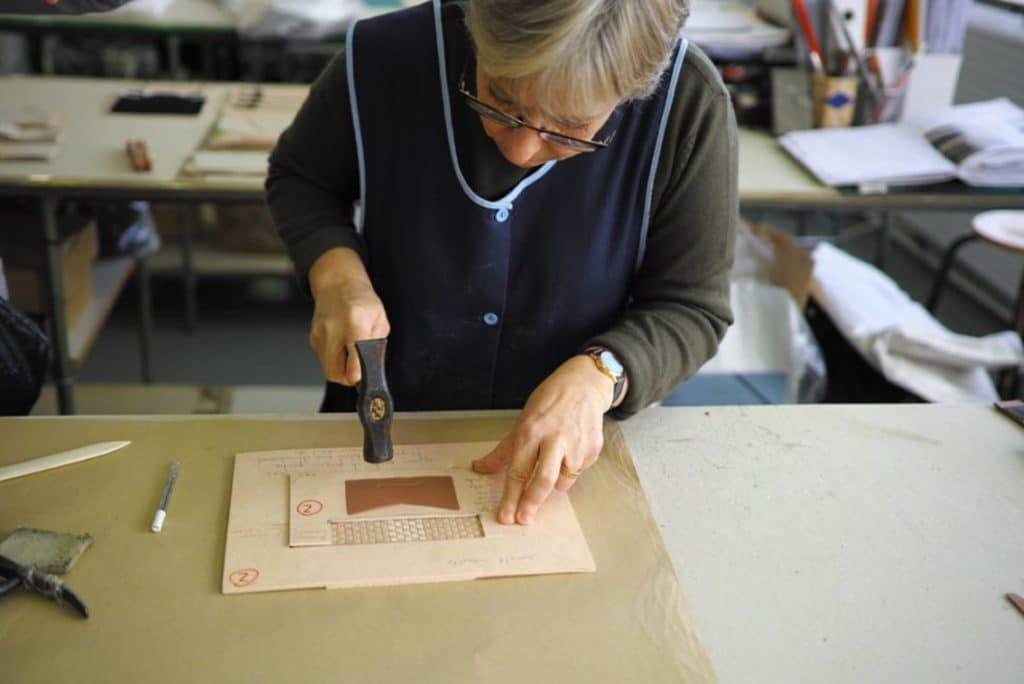 Opération de collage pour la fabrication d'un sac à main (Atelier Dijon Maroquinerie). Photo © Pierre d'Ornano / Aeternus.fr