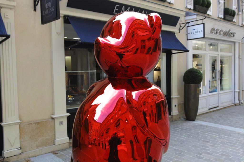 Red Moon, de la sculptrice CÉVÉ, au Village Royal, à Paris. Photo © Pierre d'Ornano Aeternus.fr