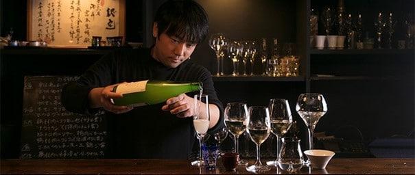 Dégustation de sakés premium au restaurant MiwaMiya, dans le quartier d'Asagaya à Tokyo. Photo © Kawamoto Seiya