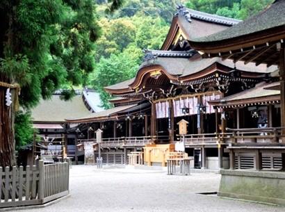 Situé au pied du mont Miwa où l'empereur Jimmu et ses partisans se sont installés dans la préfecture de Nara, le sanctuaire d'Omiwa est le plus ancien sanctuaire shintoïste du Japon et le sanctuaire des brasseurs de saké. Photo © DR