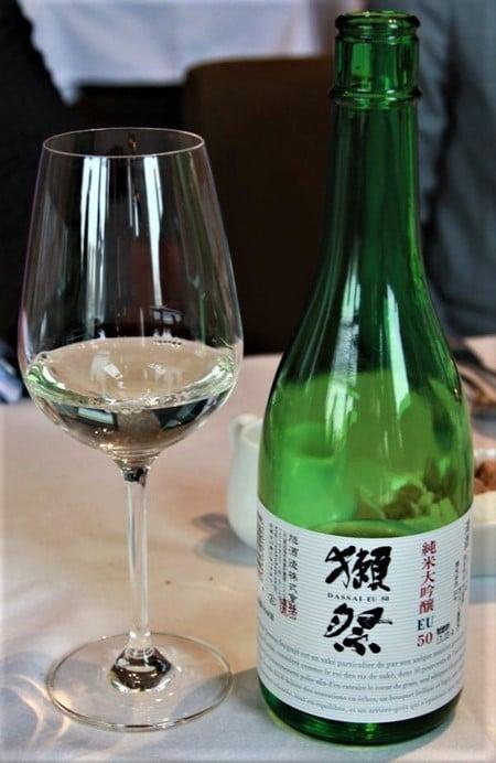 Ce Dassai 50, un Junmai daiginjo introduit la gamme Dassai. Il provient de la brasserie Asahi shuzô (préfecture de Yamaguchi), titre 16° (variété de riz : yamada nishiki avec un taux de polissage de 50 %), à servir à 8°-10°. Il offre des notes de fruits blancs et de fruits exotiques ainsi que des notes de riz soufflé, de châtaigne, de noisette puis s'exprime sur le fruit avec des accents d'abricot et de litchi. S'il peut se marier avec le foie gras mi-cuit (le saké aime le gras), il étonne surtout sur le fromage de chèvre (un Sainte-Maure ou un Pouligny Saint-Pierre par exemple). Photo © DR