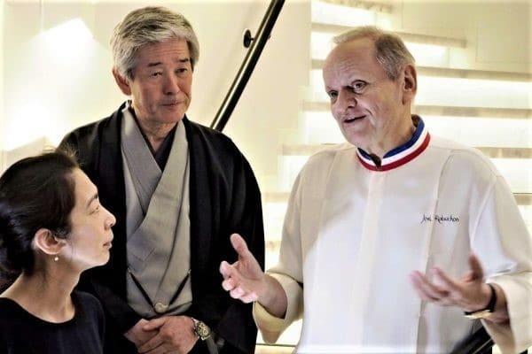 Joël Robuchon, Hiroshi Sakurai créateur de la prestigieuse marque de saké Dassai et à gauche, Kaoru Lida, sommelière saké (à la tête de la société Dassai Europe) lors de la conférence donnée en juin 2018 juste avant la mort du grand chef (32 étoiles Michelin). Crédit photo : Nobuteru Sakuta/AP/SIPA