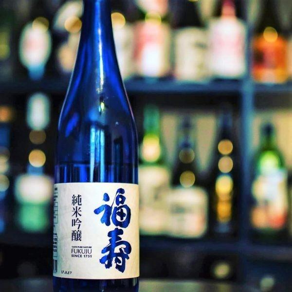 Le label bleu Fukuju est un saké Junmai Ginjo élaboré à partir de riz provenant exclusivement de la préfecture de Hyôgo. Photo © DR