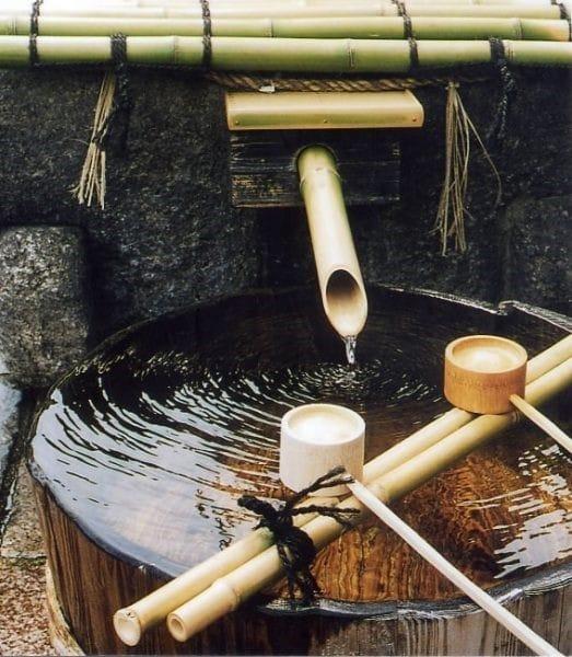L'eau souterraine de Fushimi comprend la quantité parfaite de minéraux dissous dans la couche de granite, ce qui en fait une eau moyennement dure avec une dureté de 60 à 80 mg/l. La petite quantité de fer la rend également adaptée au saké. Cette eau pure est la source qui donne naissance au saké doux et moelleux de Kyoto Fushimi. Photo © Gekkeikan