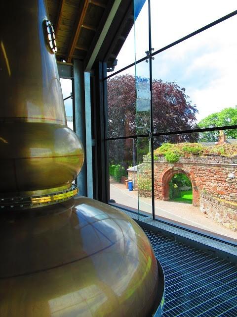 Distillerie sur le site de l'abbaye de Lindores en Ecosse où furent trouvés des traces de charbon, d'orge, d'avoine, de blé et de poterie datant de l'époque médiévale, lorsque les moines de Tiron commencèrent à distiller leurs bols de malt, premier whisky écossais. Photo © DR