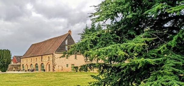 La Grange aux dîmes faisant face à l'abbaye et restaurée en 2006, a été construite par les moines de l'Abbaye de Tiron pour y conserver le produit de la dîme (impôt qui se montait au 1/10e de la production des paysans). Elle abrite aujourd'hui l'office de tourisme de Thiron-Gardais et un espace d'exposition (+un Escape game). Photo © François Collombet