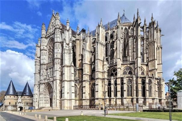 La cathédrale Saint-Pierre d'Amiens ne possède pour toute cathédrale qu'un chœur et son transept. Un chœur pour la plus téméraire des cathédrales, d'une audace exceptionnelle, le plus haut, le plus grand, le plus prestigieux du monde gothique. Sa voûte mesure près de 48 mètres de haut, une hauteur telle qu'il fallut doubler les piliers.