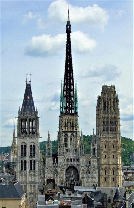 La tour de Beurre visible à droite de la façade occidentale de la Cathédrale Notre-Dame de Rouen (A gauche, la tour Saint-Romain du XIIe siècle)