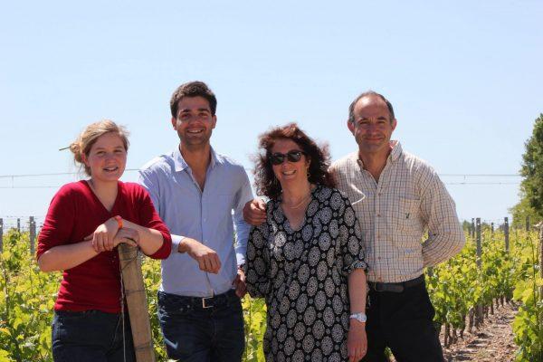 Les membres de la famille Fabre, propriétaires/exploitants des Domaines Fabre. De droite à gauche : Vincent Fabre (le père), Florence, son épouse, Jean-Hubert et Mélanie, leurs enfants.